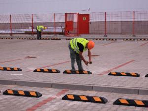 montaz ogranicznikow parkingowych, ograniczniki gumowe