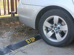 odbojnica_parkingowa_stop_separator_parkingowy_punktowy_stop_czarny_zolty_bialy