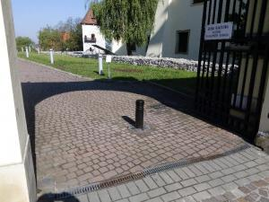 slupek_blokujacy_wjazd_samochodow_slupki_wysuwane_pacholek_wysuwany_wroclaw